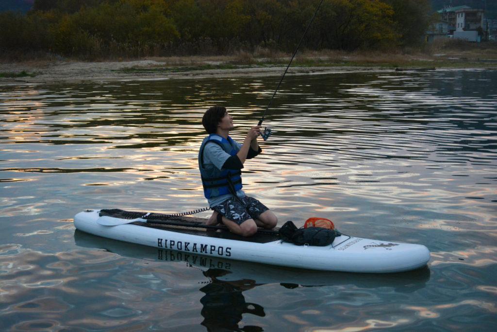 SUPの上で釣りを楽しむSUPフィッシング