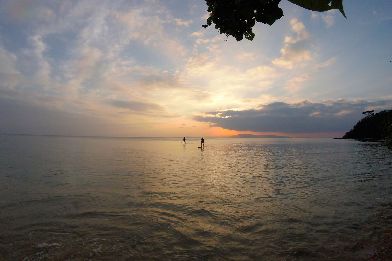 美しい夕日の下でSUP