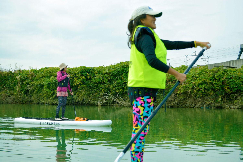 川でSUPを楽しむ女性たち