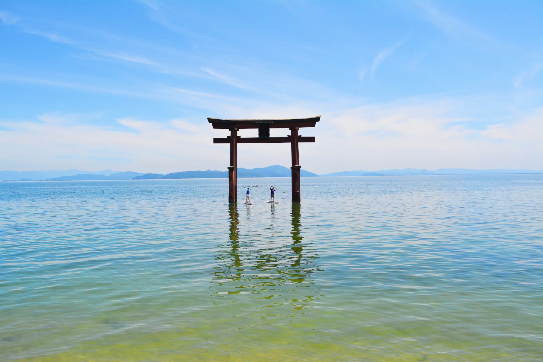 琵琶湖に浮かぶ鳥居が神秘的な白髭神社参拝プラン!鳥居の前で記念撮影も!