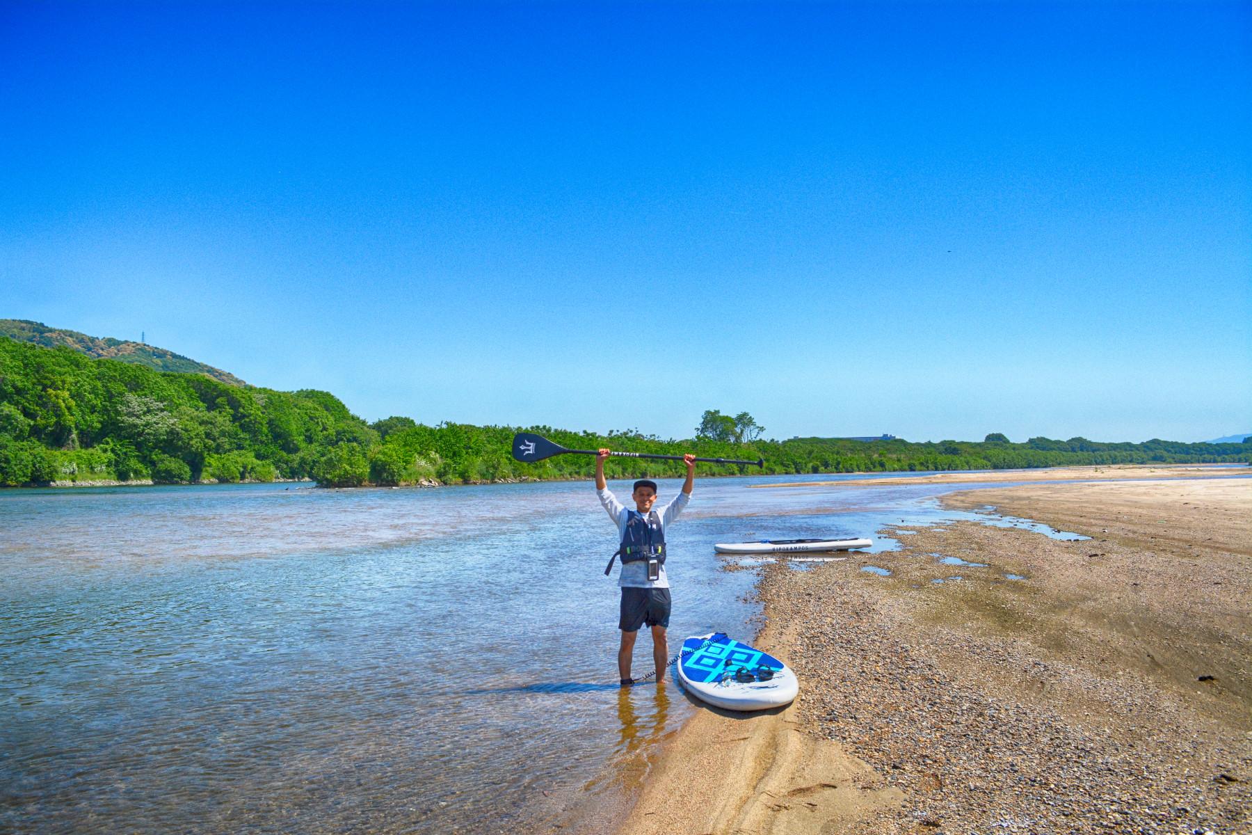 どこまでも続く青空と遠浅のビーチ宇治川と木津川の合流部は遠浅でビーチが点在する(ダウンリバーの時に通行可能。背割堤さくらSUPのプランでは通りません)