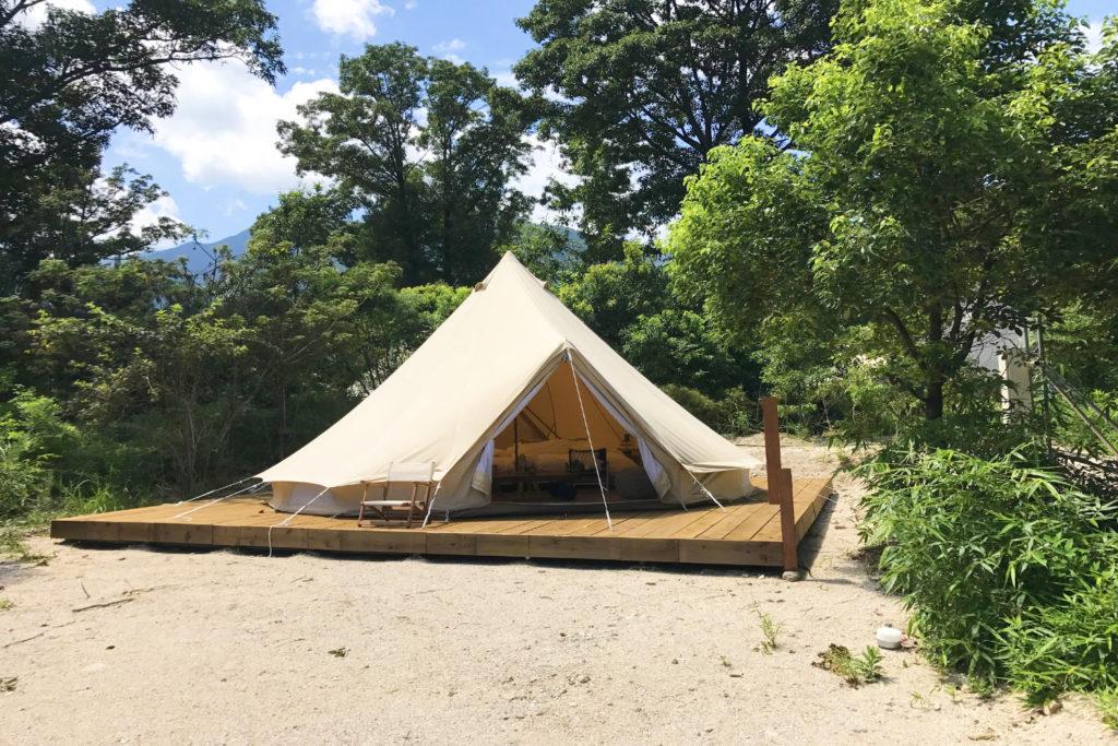 グランピング用のテントが立ち並ぶオシャレな施設!