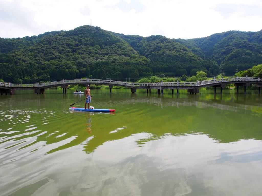 真ん中に架かるジグザグな橋は太鼓橋。山が近くのどかな風景