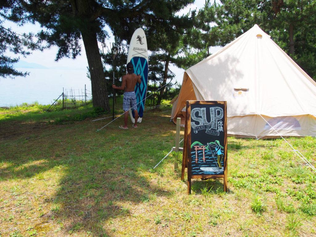 白ひげ浜敷地内の白髭神社側の白いテントが目印です